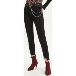 Jeansy skinny ze średnim stanem - Czarny. Czarne spodnie z wysokim stanem Sinsay, z jeansu. Za 89,99 zł.