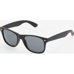 Okulary przeciwsłoneczne - Czarny. Białe okulary przeciwsłoneczne męskie wayfarery marki Reserved, l, z dzianiny. Za 49,99 zł.