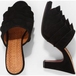 Chie Mihara ABEJA Klapki black. Czarne crocsy damskie Chie Mihara, z materiału. W wyprzedaży za 529,50 zł.