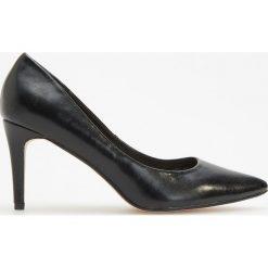Czółenka na wysokim obcasie - Czarny. Czarne buty ślubne damskie marki Kazar, ze skóry, na niskim obcasie, na obcasie. Za 99,99 zł.
