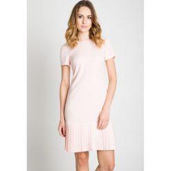 Sukienka z plisowanym dołem w kolorze pudrowym BIALCON. Czerwone sukienki mini marki BIALCON, na co dzień, oversize. Za 355,00 zł.