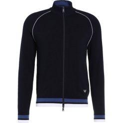 Emporio Armani FINE Kardigan dark blue. Niebieskie kardigany męskie marki Emporio Armani, m, z materiału. W wyprzedaży za 431,40 zł.