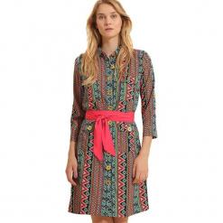 Sukienka ze wzorem. Brązowe sukienki marki Almatrichi, z klasycznym kołnierzykiem, midi, proste. W wyprzedaży za 149,95 zł.