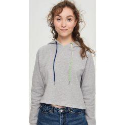 Krótka bluza z kapturem - Jasny szar. Szare bluzy z kapturem damskie marki Sinsay, l, z krótkim rękawem, krótkie. W wyprzedaży za 29,99 zł.