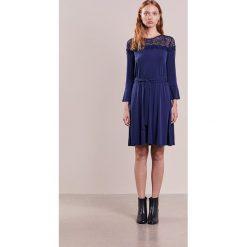 MICHAEL Michael Kors Sukienka z dżerseju true navy. Niebieskie sukienki z falbanami marki MICHAEL Michael Kors, s, z dżerseju. W wyprzedaży za 368,55 zł.