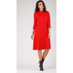 Czerwona Klasyczna Sukienka Szmizjerka ze Stójką. Niebieskie sukienki balowe marki ARTENGO, z elastanu, ze stójką. W wyprzedaży za 139,41 zł.