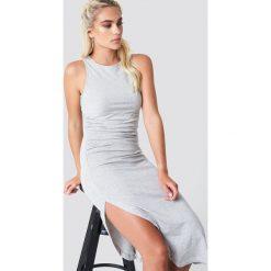 NA-KD Trend Sukienka z marszczeniem z boku - Grey. Białe sukienki na komunię marki NA-KD Trend, w paski, z poliesteru, z klasycznym kołnierzykiem, midi. Za 100,95 zł.