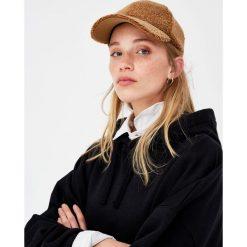 Czapka ze sztucznego baranka. Szare czapki z daszkiem damskie marki Pull & Bear, okrągłe. Za 15,90 zł.