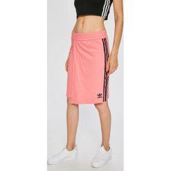 Adidas Originals - Spódnica. Różowe minispódniczki adidas Originals, l, z bawełny, z podwyższonym stanem, dopasowane. W wyprzedaży za 139,90 zł.