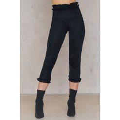 Spodnie damskie: Boohoo Spodnie z falbanką Ellie - Black