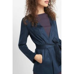 Taliowana narzutka z ekozamszu. Niebieskie bolerka i narzutki damskie marki Orsay, z elastanu. W wyprzedaży za 60,00 zł.