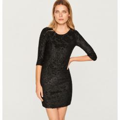 Dopasowana sukienka - Czarny. Białe sukienki marki Reserved, l, z dzianiny. W wyprzedaży za 49,99 zł.