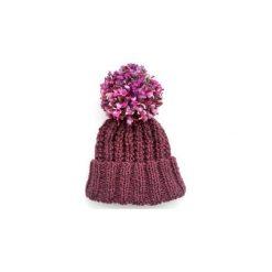 Czapka fioletowa z kolorowym pomponem. Fioletowe czapki zimowe damskie Miw collection, w kolorowe wzory, z wełny. Za 119,00 zł.