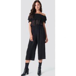 Rut&Circle Kombinezon z falbaną - Black. Szare kombinezony damskie marki Pepe Jeans, m, z jeansu, bez ramiączek. Za 202,95 zł.