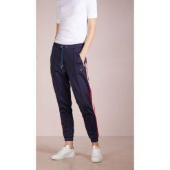 True Religion PANT CROPPED SPORT Spodnie treningowe navy. Niebieskie spodnie dresowe damskie True Religion, l, z bawełny. W wyprzedaży za 377,40 zł.