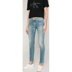 Calvin Klein Jeans - Jeansy Roxy. Niebieskie jeansy damskie rurki Calvin Klein Jeans, z bawełny. W wyprzedaży za 379,90 zł.