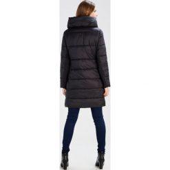 More & More Płaszcz zimowy black. Czerwone płaszcze damskie zimowe marki Cropp, l. W wyprzedaży za 424,50 zł.