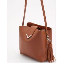 Torebka z ozdobnym breloczkiem - Pomarańczo. Brązowe torebki klasyczne damskie Reserved, z breloczkiem. Za 119,99 zł.