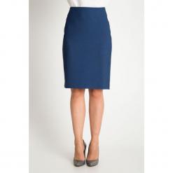 Granatowa dopasowana strukturalna spódnica QUIOSQUE. Niebieskie spódnice wieczorowe marki QUIOSQUE, z tkaniny, z standardowym stanem, midi, dopasowane. W wyprzedaży za 99,99 zł.