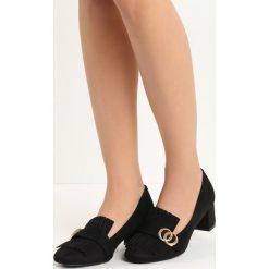Czarne Czółenka Nigella. Czarne buty ślubne damskie marki Born2be, z aplikacjami, ze skóry, na niskim obcasie, na słupku. Za 69,99 zł.