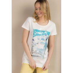 T-shirt z wakacyjnym printem. Szare t-shirty damskie marki Monnari, z nadrukiem, z bawełny. Za 39,95 zł.