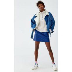 Minispódniczka basic ze sztucznej skóry. Niebieskie spódniczki skórzane marki Pull&Bear. Za 69,90 zł.