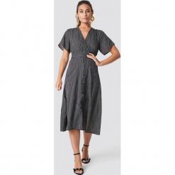 Glamorous Sukienka z dekoltem v - Black. Sukienki małe czarne marki Glamorous, z nadrukiem, z asymetrycznym kołnierzem, asymetryczne. Za 222,95 zł.