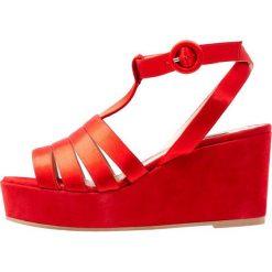 Alberto Zago Sandały na platformie rosso. Czerwone sandały damskie Alberto Zago, z materiału, na koturnie. W wyprzedaży za 407,20 zł.
