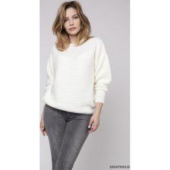 Sweter z fakturą, SWE160 ecru MKM. Szare swetry klasyczne damskie Pakamera, z dekoltem w łódkę. Za 118,00 zł.