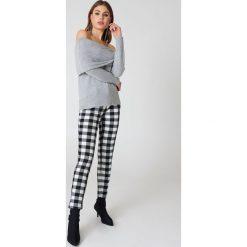 Swetry damskie: NA-KD Trend Szeroki sweter z odkrytymi ramionami - Grey