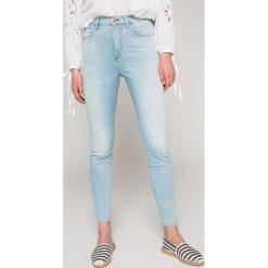 Wrangler - Jeansy Borneo. Szare jeansy damskie rurki marki Wrangler, na co dzień, m, z nadrukiem, casualowe, z okrągłym kołnierzem, mini, proste. W wyprzedaży za 259,90 zł.