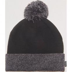 Dwukolorowa czapka z pomponem - Szary. Czarne czapki zimowe męskie marki KIPSTA, z poliesteru, do piłki nożnej. Za 39,99 zł.