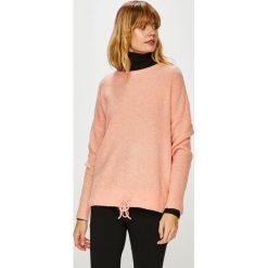 Vero Moda - Sweter. Różowe swetry klasyczne damskie marki Vero Moda, l, z dzianiny, z okrągłym kołnierzem. W wyprzedaży za 119,90 zł.