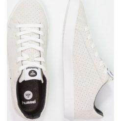 Hummel CROSS COURT SUEDE Tenisówki i Trampki white. Białe tenisówki damskie marki Hummel, z materiału. W wyprzedaży za 220,35 zł.