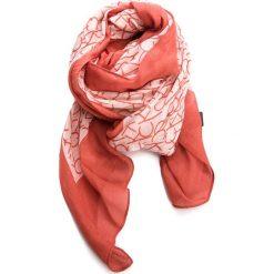 Szal CALVIN KLEIN - Ck Allover Scarf K60K604136 618. Czerwone szaliki damskie Calvin Klein, z materiału. Za 179,00 zł.