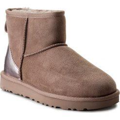 Buty UGG - W Classic Mini II Metallic 1019029 W/Dus. Czerwone buty zimowe damskie Ugg, ze skóry ekologicznej, na niskim obcasie. Za 729,00 zł.