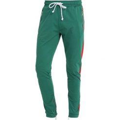 Spodnie męskie: Criminal Damage CAMDEN JOGGER Spodnie treningowe olive/red