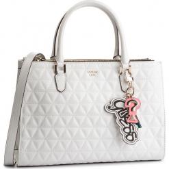 Torebka GUESS - HWSG7 181070 WHI. Białe torebki klasyczne damskie Guess, z aplikacjami, ze skóry ekologicznej. Za 699,00 zł.