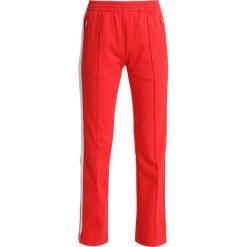 Calvin Klein Jeans TAPED STRAIGHT FIT TRACK PANT Spodnie treningowe tomato. Czerwone bryczesy damskie Calvin Klein Jeans, xs, z bawełny. Za 549,00 zł.