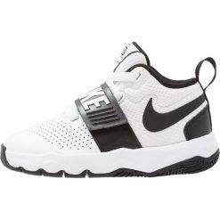 Nike Performance TEAM HUSTLE D 8  Obuwie do koszykówki white/black. Białe buty skate męskie marki Nike Performance, z gumy. Za 189,00 zł.