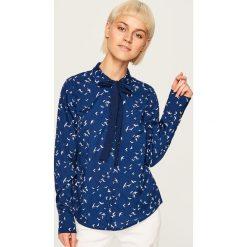 Koszula z wiązaniem przy kołnierzu - Granatowy. Niebieskie koszule wiązane damskie marki Reserved. W wyprzedaży za 29,99 zł.