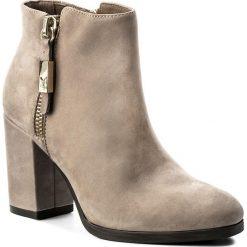 Botki CAPRICE - 9-25328-29 Sand Nubuc 364. Brązowe buty zimowe damskie marki NEWFEEL, z gumy. W wyprzedaży za 269,00 zł.