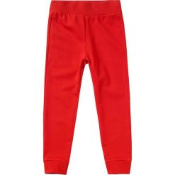 Spodnie dresowe w kolorze czerwonym. Czerwone dresy chłopięce Benetton, z bawełny. W wyprzedaży za 22,95 zł.