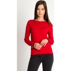 Czerwony sweter z kontrastową lamówką QUIOSQUE. Czerwone swetry klasyczne damskie QUIOSQUE, uniwersalny, z dzianiny, z kontrastowym kołnierzykiem. W wyprzedaży za 89,99 zł.