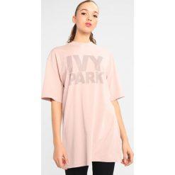 Topy sportowe damskie: Ivy Park DOTS LOGO FITTED TEE Tshirt z nadrukiem shadow grey