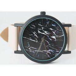 Zegarek z nadrukiem marmuru. Czerwone zegarki damskie Pull&Bear. Za 69,90 zł.