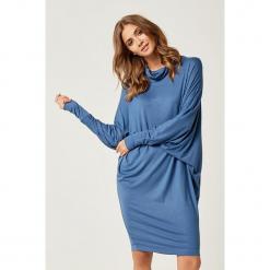 Sukienka w kolorze niebieskim. Niebieskie sukienki marki SCUI, m, midi, proste. W wyprzedaży za 139,95 zł.