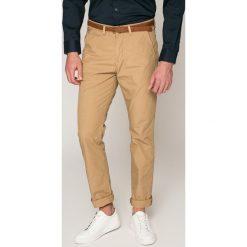 Guess Jeans - Spodnie. Różowe chinosy męskie Guess Jeans, z aplikacjami, z bawełny. W wyprzedaży za 269,90 zł.