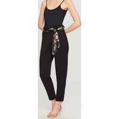 Spodnie z wysokim stanem - Czarny. Białe spodnie z wysokim stanem marki Reserved, l, z dzianiny. Za 89,99 zł.