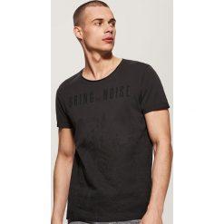 T-shirt z nadrukiem - Szary. Niebieskie t-shirty męskie z nadrukiem marki House, m. W wyprzedaży za 25,99 zł.